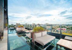 JW Marriot Santo Domingo. Su moderno bar Vertygo 101 atrae a turistas y habitantes de la ciudad por su terraza al aire libre, con vistas al paisaje urbano y piso de cristal.