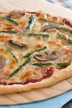 This delicious homemade pizza recipe is full of flavor. Featuring asparagus and mushrooms, as well as two kinds of cheese, white wine, cream. Asparagus Pizza, Asparagus And Mushrooms, Asparagus Recipe, Healthy Pizza Recipes, Vegetarian Recipes, Pizza Lasagna, Recipe Master, Main Course Dishes, Side Dishes