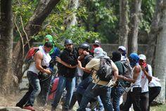 Momento en el que colectivos despojan de su equipo al periodista Leonardo Rodríguez de @Diario El Nacional en la UCV. pic.twitter.com/Fr4fBYfjbA