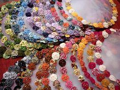 Protetor de jarra de suco ou água com fuxicos. Designer Sayuri Murakami.   E-mail: momoartesanatos@gmail.com momoartesanatosbrasil.blogspot.com momoartesanatos.elo7.com.br   Rio de Janeiro - RJ - Brasil.