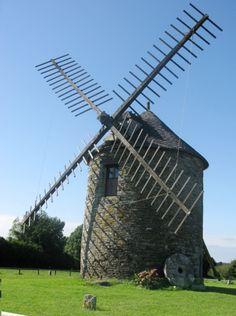 Le moulin de Kercousquet Elément du patrimoine breton, ce moulin céréalier a vu sa renaissance grâce à un groupe de bénévoles amoureux des vieilles pierres. Finistère #myfinistere Bretagne
