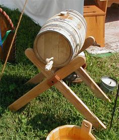 Sawbucks used as water barrel holder so you can draw water without a siphon. Larp, Viking Camp, Water Barrel, Medieval Furniture, Camping Furniture, Camping Life, Camping Ideas, Renaissance Fair, The Ranch