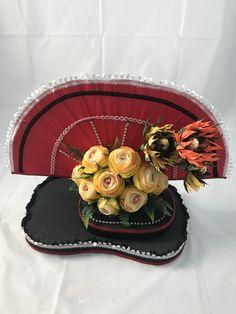 Esta hermosa composición está inspirada en Japón, aprenderás a elaborar todas sus bases además de sus flores y girasoles Floral, Table Decorations, Cake, Desserts, Food, Home Decor, Craft Gifts, Make A Difference, Paper Envelopes