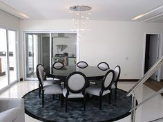 Da Fort House, esta sala de jantar moderna ganhou mosaico no ch�o, substituindo o tapete, e pendente delicado. Informa��es: (11) 4616-8678  Foto: Monalisa Lins/Divulga��o