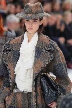 Chanel Herbst/Winter Ready-to-Wear - Fashion Shows.- Chanel Herbst/Winter Ready-to-Wear – Fashion Shows Trend Fashion, Chanel Fashion, Fashion Week, Winter Fashion, Fashion Show, Womens Fashion, Fashion Design, Fashion Stores, Vogue Fashion