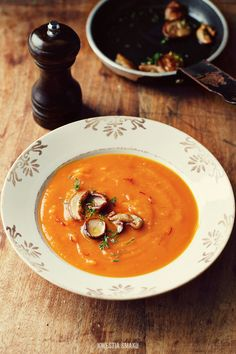 Zupa dyniowa  { Pumpkin Soup with Saffron and Mushrooms }