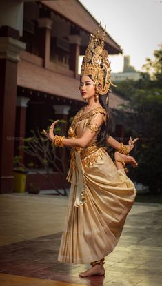 Royal ballet of Cambodia Thai Traditional Dress, Traditional Fashion, Traditional Outfits, Cambodian Wedding Dress, Khmer Wedding, Cambodian Art, Cambodian Tattoo, Khmer Tattoo, Modern Dance Costume