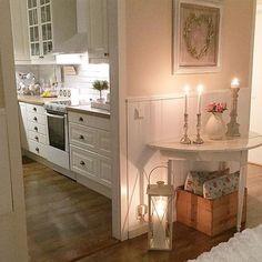 Buona sera…    Stasera siamo in Svezia a casa di Marie, luminosissima, moderna con qualche accento vintage in perfetto Nordic Style...