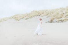 EMANUEL HENDRIK | Brautkleid: NAME | Model: Johanna Vorrath | Fotograf: Laboda | Hochzeitskleid / Wedding Dress - Hochzeit / Wedding - Düsseldorf & München / Duesseldorf & Munich - Handgefertigt / Handmade - Holland - Zeeland - Strand / Beach - Strandhochzeit / Beach Wedding - Langes weißes Kleid / Long white Dress