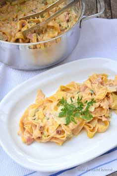 One Pot-Pasta mit Zucchini, Schinken und getrockneten Tomaten