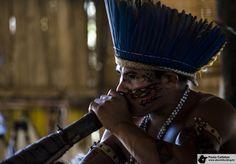 Tocador de jurupari (trombeta cerimonial). Player of jurupari (ceremonial trumpet).