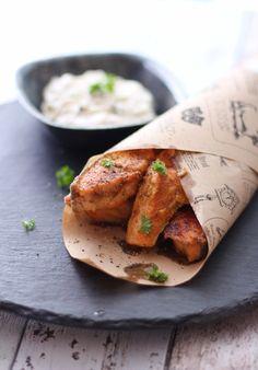Fiskepinner: 400 g laks (eller annen fisk) 1 egg 60 g mandelmel 1–2 ss smør til steking Remulade 4 ss gresk yoghurt 1 ss majones 5 sylteagurk 1/2 ts karripulver salt og pepper