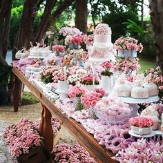 Now this is a dessert table that we wouldn't mind stepping up to with its overload of pink prettiness and vintage vibe! Via: @anfitria