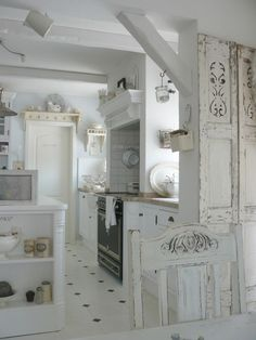 8 Dynamic Cool Tips: Shabby Chic Modern Bath shabby chic apartment colour schemes.Shabby Chic Bedroom Look shabby chic farmhouse bath.Shabby Chic Home French. Shabby Chic Kitchen Cabinets, Shabby Chic Kitchen Decor, Shabby Chic Interiors, Shabby Chic Cottage, Vintage Shabby Chic, Shabby Chic Homes, Shabby Chic Furniture, Vintage Kitchen, White Cottage
