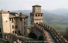 Borgo Fortificato di Vigoleno.Il borgo fortificato di Vigoleno con il suo castello, rappresenta oggi la migliore rappresentazione possibile di come era la vita dei borghi durante il medioevo, giunto a noi praticamente intatto nella sua forma. Risalente al X secolo, si ha una prima menzione scritta nel 1141 quale distaccamento militare del Comune di Piacenza.(cit. Camperarcobaleno)