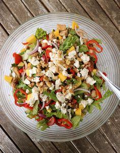 En salat er så masse meir enn berre salat! Eg lagde en komplett og nydelig kyllingsalat for ei stund sida som har blitt laga mange ganger i ettertid. Gode smaker, konsistens, crunch og næring som kroppen vil ha meir av. Med dei rette ingrediensene vil en stor salatbolle på middagsbordet falle i smak hos store … Crunches, Mozzarella, Guacamole, Cobb Salad, Smoothie, Mango, Fresh, Healthy, Recipes