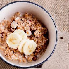 Pähkinäinen tuorepuuro saa rouheisuutta kauraleseistä sekä hasselpähkinöistä ja makeutta banaanista.1. Sekoita kulhossa hiutaleet, leseet, hasselpähkinäjuoma tai maito sekä jogurtti. Halkaise hasselpä...
