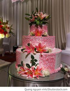 Hochzeitstorte mit pinken Lilien für Hochzeit