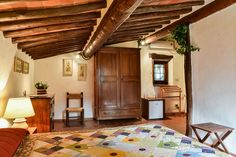 Warm countryside style in Fagiolari B&B with private access and a little patio.