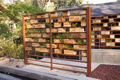 Idéia de painel de madeira para plantas.