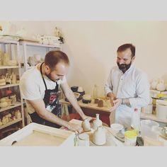 Los alfareros alumno y profesor creando nuevas piezas en nuestros viernes que ya estamos acostumbrandonos a que sean intensos a la par que divertidos  #LaGaleriaFactoria #clay #thehobbymaker #madridcentro #madrid #cursos #autoproduccion #productdesign #curso #potter #pottery #bottle #buenfinde