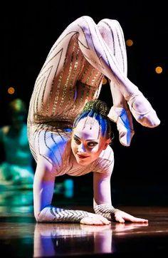 O Cirque du Soleil abre a temporada mineira do espetáculo Varekai.O grupo canadense ficará em Belo Horizonte até o dia 5 de fevereiro. Circus Acrobat, Circus Art, Circus Theme, Clown Cirque, Art Du Cirque, Dark Circus, Boris Vallejo, Day Of Dead, Circus Aesthetic