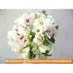 Wit bruidsboeket met orchideeen