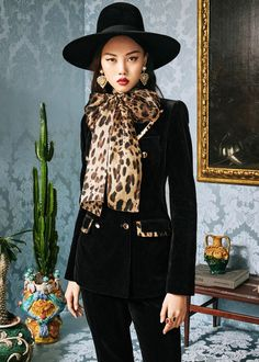 Discover the new Dolce & Gabbana Women's Animal Collection for Fall Winter and get inspired. Visit the official website Dolcegabbana. Animal Print Outfits, Animal Print Fashion, Fashion Prints, Fashion Design, Urban Fashion Trends, Spring Fashion Trends, Autumn Fashion, Leopard Fashion, Haute Couture Fashion