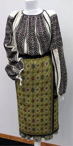Costume populare romanesti din zona Muscelului, secol XIX.   Colectia a fost realizata de Marghiolita Rogojan si au fost donate Muzeului Costumului Popular Roman, gazduit de Casa Poporului.