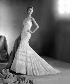 ATELIER PRONOVIAS 2017 Modelo ELENA Mágico vestido de novia de estilo sirena, que combina minuciosos motivos florales realizados en tul, chantilly y encaje, aplicados en todo el modelo. Una bellísima creación a la vistay al tacto de inspiración romántica.