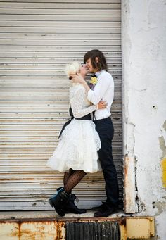 An Edgy & Urban Bridal Shoot city wedding engagement photos DIY wedding planner with ideas and tips including DIY wedding decor and flowers. Everything a DIY bride needs to have a fabulous wedding on a budget! Urban Fashion Girls, Big Fashion, Fashion Ideas, Fashion Shops, Ladies Fashion, Fashion Trends, Courtney Love, Grunge Wedding, Kurt Cobain