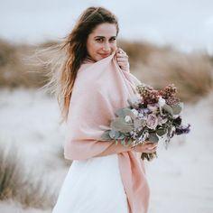 Kuschelige Brautstola aus Wolle für Deine Hochzeit. Du planst eine Hochzeit im Frühling oder Herbst? Oder heiratest Du sogar im Winter? Dann brauchst Du sicher passende Accessoires zu Deinem Brautkleid, um an Deiner Hochzeit nicht zu frieren. Da kommt unsere warme Stola in Rosa aus kuschelig weicher Merinowolle wie gerufen! Brautstola statt Jacke und Bolero Anders als ein Bolero oder eine Jacke schränkt die Brautstola die Braut in ihren Bewegungen nicht ein und wärmt dennoch Rücken und…