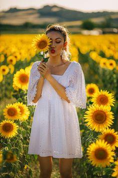 All White Outfits: White Dress 2019 - Fashion White Dress Summer, Summer Dresses, Sunflower Field Photography, Estilo Cowgirl, Summer Fashion Trends, Fashion Tips, Sunflower Pictures, Beautiful White Dresses, Senior Picture Outfits