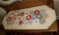 24 Ideas hexagon quilting ideas table runners for 2019 Patchwork Table Runner, Table Runner And Placemats, Quilted Table Runners, Paper Piecing Patterns, Quilt Patterns, Hexagon Patchwork, Hexagon Quilting, Quilted Table Toppers, Quilting Projects