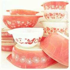 Pink Pyrex mix of different pink, including goose berry, summer daisy, and flamingo pink collections. Vintage Kitchenware, Vintage Dishes, Vintage Glassware, Vintage Pyrex, Vintage Kitchen Accessories, Retro Kitchen Decor, Vintage Pink, Vintage Decor, 1950s Decor