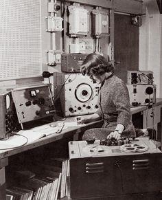Daphne Oram with the wobbulator (centre of shot), 1958.