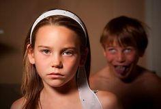 Ana observaba que a Pedro le gustaba molestar a su hermana.