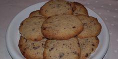 Disse småkager med chokoladestykker gør det nemt at lave noget ekstra lækkert, sødt og knasende til kaffen.