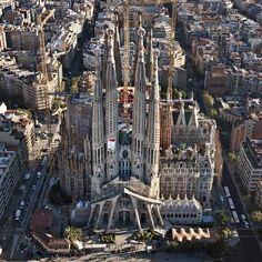 Basílica de la Sagrada Familia. Iniciada en 1883, Atribuida principalmente a Gaudí, quien programó el proyecto de forma que cada generación atribuyera a la construcción del mismo. Hasta la fecha todavía se  investiga y construye en base a lo información original de maquetas y fotografías.