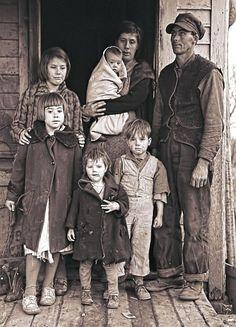 Great Depression - Iowa Farm Family 1936 - America - American History - Women's Rights - Child Labor - The Great Depression. Vintage Pictures, Old Pictures, Old Photos, Vintage Family Photos, Us History, American History, Tableaux Vivants, Fotografia Social, The Dark Side