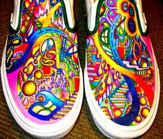 Sharpie your canvas shoes! Spray Scotch Guard to set it and protect your art .Yes someone got sharpies for Christmas! Painted Canvas Shoes, Painted Sneakers, Hand Painted Shoes, Sharpie Shoes, Sharpie Tie Dye, Sharpie Crafts, Sharpie Art, Sharpie Markers, Sharpie Projects