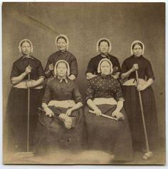 Schoonmaaksters Zuiderkerk in mei 1870. Enkhuizen