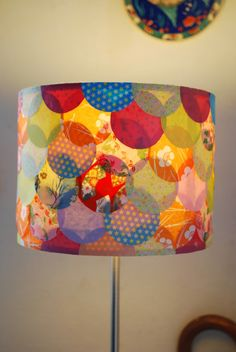 How to ' s : Customiser un abat - jour Quilling Paper Craft, Paper Crafts, Diy Crafts, Funky Painted Furniture, Diy Furniture, Diy Abat Jour, Lamp Shade Crafts, Doily Lamp, Lampe Retro