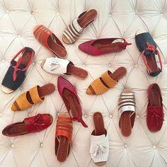 Pra embelezar os pézinhos, duas neomarcas brasileiras que têm mexido com a gente: @botti e @marcela_b_ #FeitoNoBrasil #Sapato #Shoes #MenosTendênciaMaisEssência