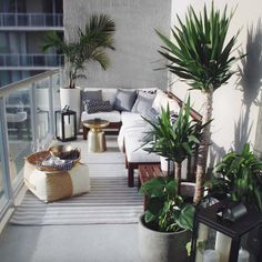 A small balcony design that maximizes a corner. Modular outdoor seating in… - balcony decoration- Ein kleiner Balkonentwurf, der eine Ecke maximiert. Modulare Außensitzplätze in der … – Balkondekoration A small balcony design that maximizes a corner …. Small Balcony Design, Small Balcony Decor, Small Terrace, Small Room Design, Terrace Design, Patio Design, Small Balconies, Garden Design, Condo Balcony