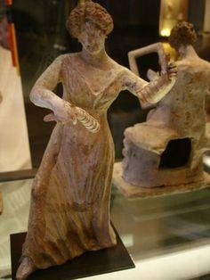 Dans l'antiquité grecque, il s'agit de deux plaquettes de bois, utilisés dans les cérémonies pour accompagner  les danses. Les crotales peuvent être en métal, les extrémités du double manche sont alors aménagés en cupules de résonnance.     statuette en terre cuite de Tanagra représentant une femme qui danse et joue des crotales   Cette oeuvre est une statuette venant des nécropoles de Tanagra.   Elle représente une femme portant le peplos. Elle joue des crotales en dansant.