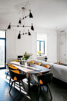 Jídlena je propojena s obývacím pokojem.