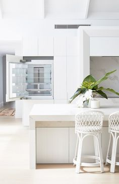 Light, bright and white on white is the theme for Three Birds Renovations House The scale and what seems like simplicity at first glance gives this home its WOW factor, but once you study the details, not one has been missed. Three Birds Renovations, The Design Files, Beach House Decor, Home Staging, House Rooms, Cheap Home Decor, Home Interior Design, Interior Ideas, Modern Interior