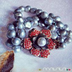 Brazalete #perlas color plata y broche en forma de flor con coral