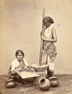Women Pounding and Cleaning Rice - Madras (Chennai), Tamil Nadu, India - 1870 Vintage India, Om Namah Shivaya, Vintage Photographs, Vintage Photos, Mother India, Krishna Art, Black And White Drawing, Beaches In The World, Historical Pictures
